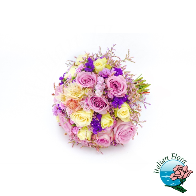 Bouquet compatto con fresie colorate gialle e rosa e solidago